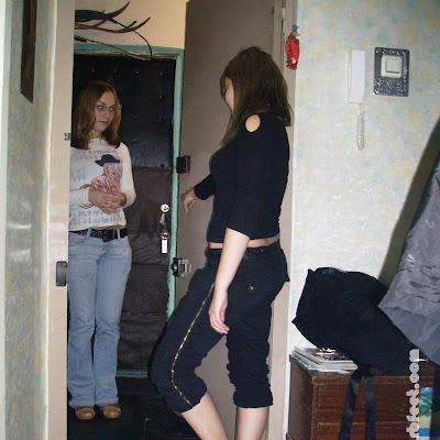 Катя пришла как раз тогда, когда Наташа собиралась приступить.  Отворила дверь подруге, заметила, что та обута: нет, видно, не решается пока начать босоногую жизнь!