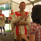 Po souboji s Daltony s námi přišli indiáni sjednat mír, a k našemu překvapení jeden z nich - Prudký Vánek Podzimních Mrazů - požádat vice-sheriffku River Song o ruku. Budeme tedy moci zakopat válečnou sekeru - bude svatba!