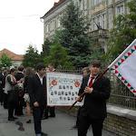 Az iskola zászlójával vonulnak a református gimnázium diákjai