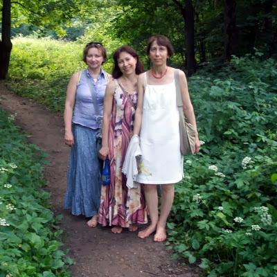 Нейля Насырова (Звенигород). Босиком с подругами.