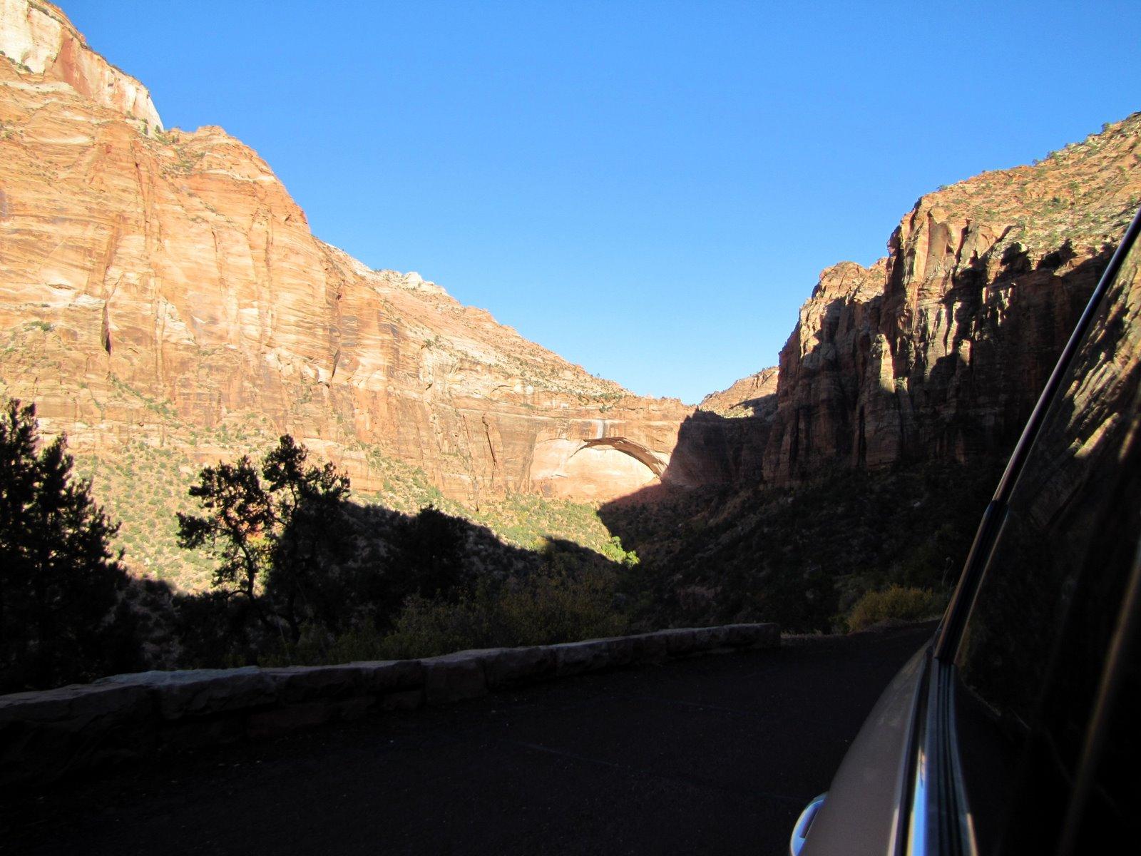 A távolban a hatalmas kőív, oigyexünk a közelébe  The great arch is in the distance.. getting closer