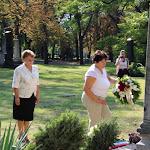 Czuczor Mária, Andód polgármestere és munkatársa elhelyezi az emlékezés virágait