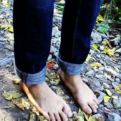 """Рита храбро шла по острым и холодным камням. """"Мне нравится, когда покалывает босые ступни"""" - говорит Рита - """"Я так тренирую свою выдержку к боли""""."""