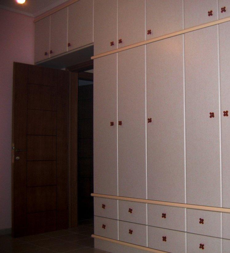 (Κωδ 4006) Ντουλάπα από πορτάκια shelman σε παιδικό δωμάτιο με στοιχεία λάκας και πλήρη εκμετάλλευση χώρου.