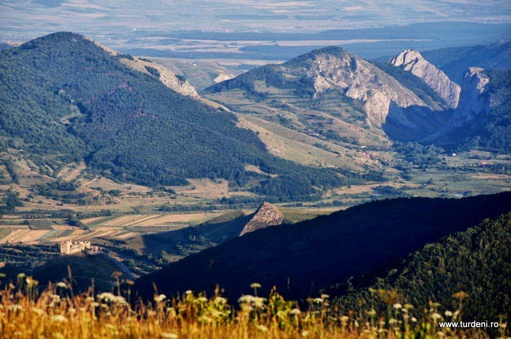 Cetatea Colțești, Cheile Vălișoarei și colțul Data, văzute de pe vârful Ugerului.  Cetatea Colțești și Piatra Secuiului.  Foto: Alin ROȘCA
