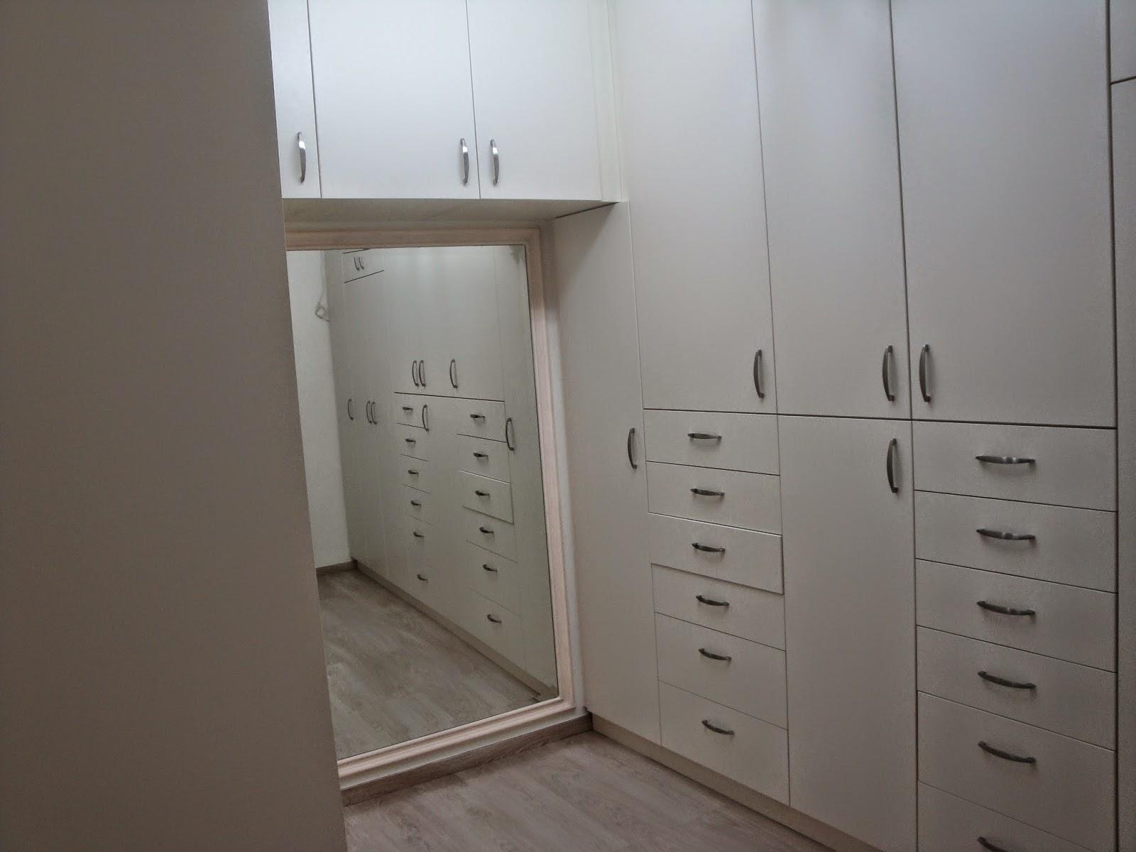 (Κωδ 4015) Δωμάτιο ντουλάπα με καθρέπτη και πόρτες βακελίτη.Πολλά συρτάρια και όλα ΚΛΕΙΣΤΑ .