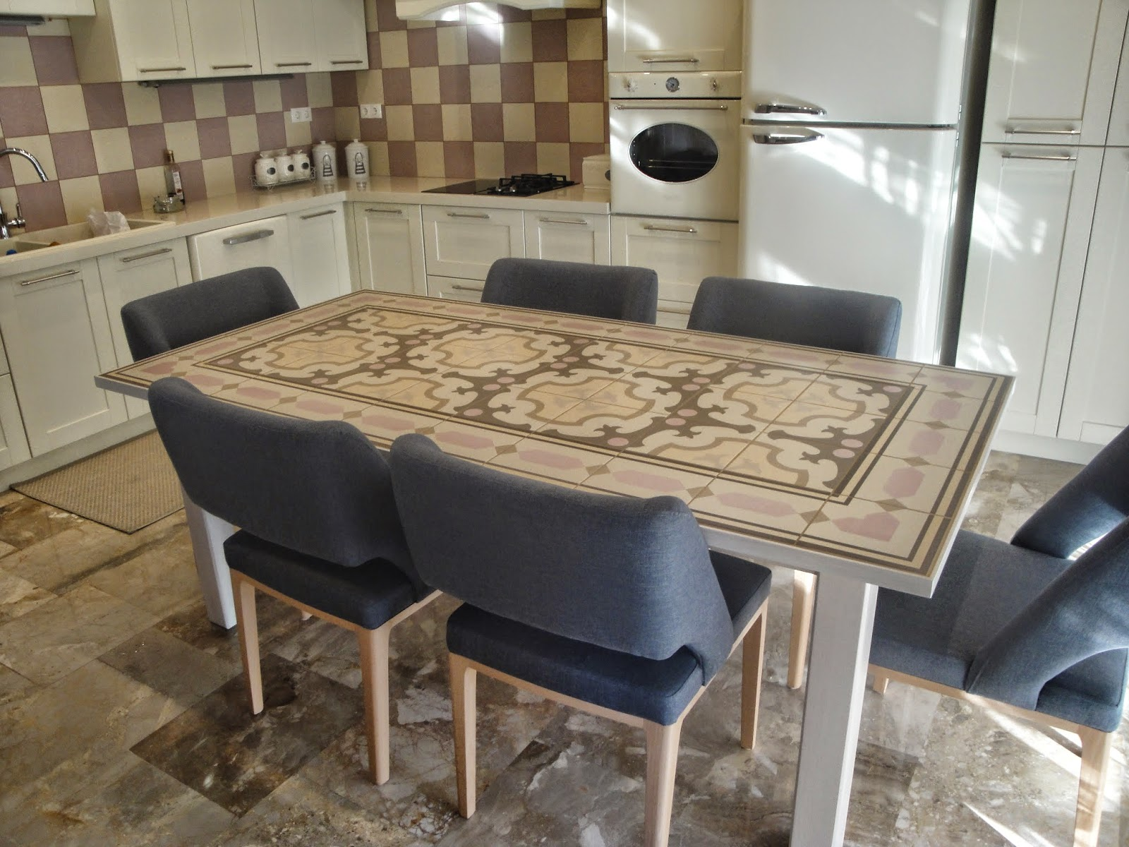 (Κωδ: 1008) Τραπέζι για την οικογένεια αλλά και τους φίλους. Από μασίφ ξυλεία και επιφάνεια πλακάκι της ίδιας σειράς με τον τοίχο.