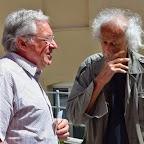 Edmond Engel (à dr.) en pleine discussion avec un spectateur