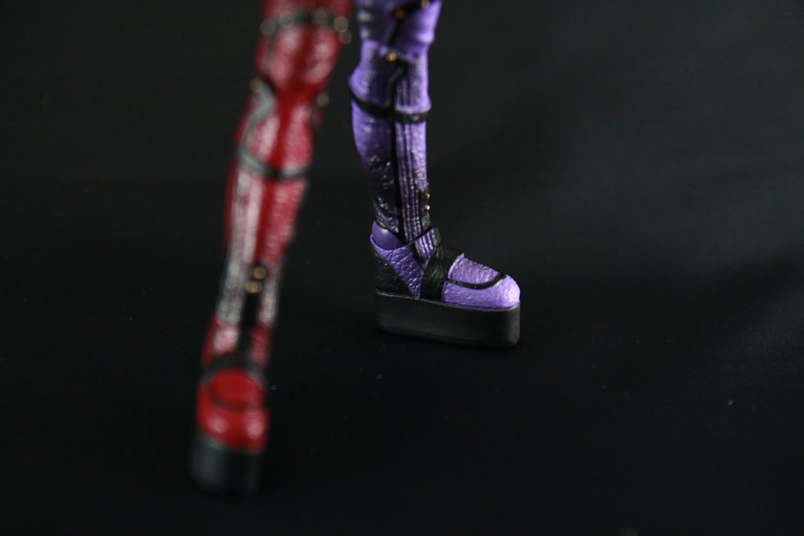 過膝長靴不僅是過膝而已 它還是恨天高呢! 有時候真的很佩服女孩子穿這麼高的鞋在走跳 塗裝蠻仔細的 不過她跟小丑一樣因為腳底板太小 接地面很差還有踝關節不是很好調整