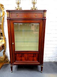 Витрина в стиле Ампир. ок. 1890 г. Красное дерево, выдвижной ящик, стеклянная дверка, бронзовый декор. 1900 евро.