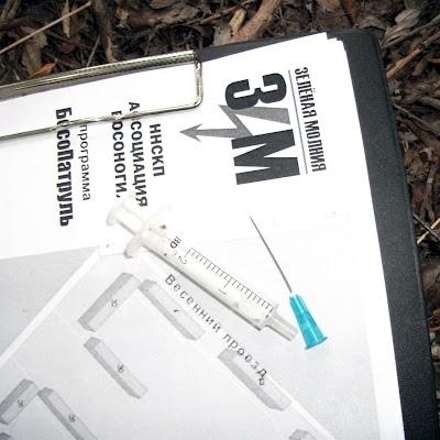 А тут мы отметили следы регулярных сборищ наркоманов.
