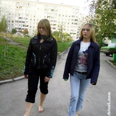 """Катя подумала и добавила: """"По-моему, мы две красивые и нахальные девки. И нам должны завидовать... Ноги не кривые и не обмозоленные, верно ведь?"""""""