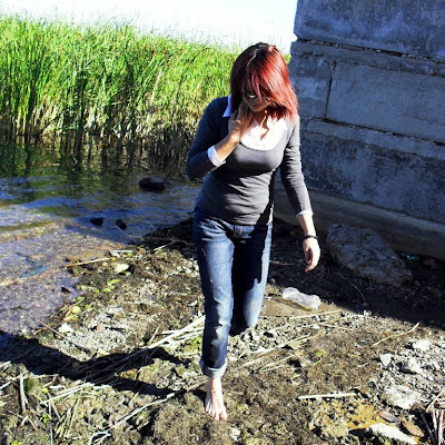 Место, действительно, оказалось очень грязным - отбросы, следы пребывания животных и тухлая рыба...