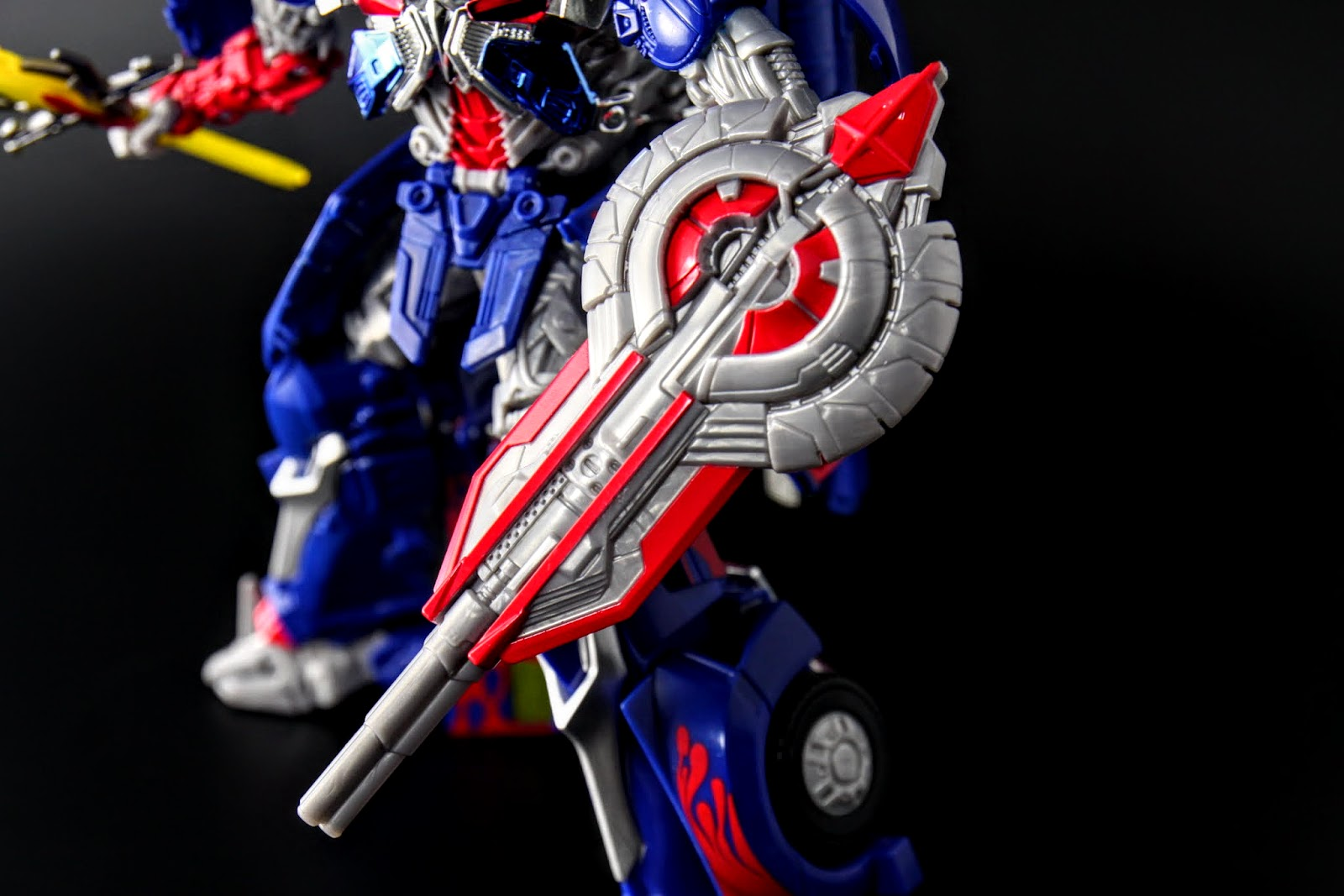槍盾與FE版不同,FE是能量盾張開的造型,修改版則是關閉