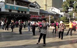 Obicaj koji mi se veoma dopada u Kini: ujutru penzosi masovno vezbaju na trgovima i u parkovima
