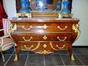 Красивый антикварный комод с тремя ящиками. ок.1860 г. Мраморная столешница, три ящика, резная позолоченная бронза. 143/60/95 см. 4500 евро.