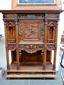 Красивый антикварный кабинетик с ручной резьбой и мраморными вставками. 19-й век.