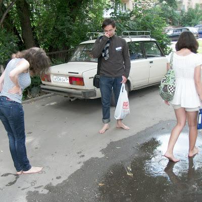 После трех часов хождения по улицам так приятно помочить босые ноги в прохладной луже...