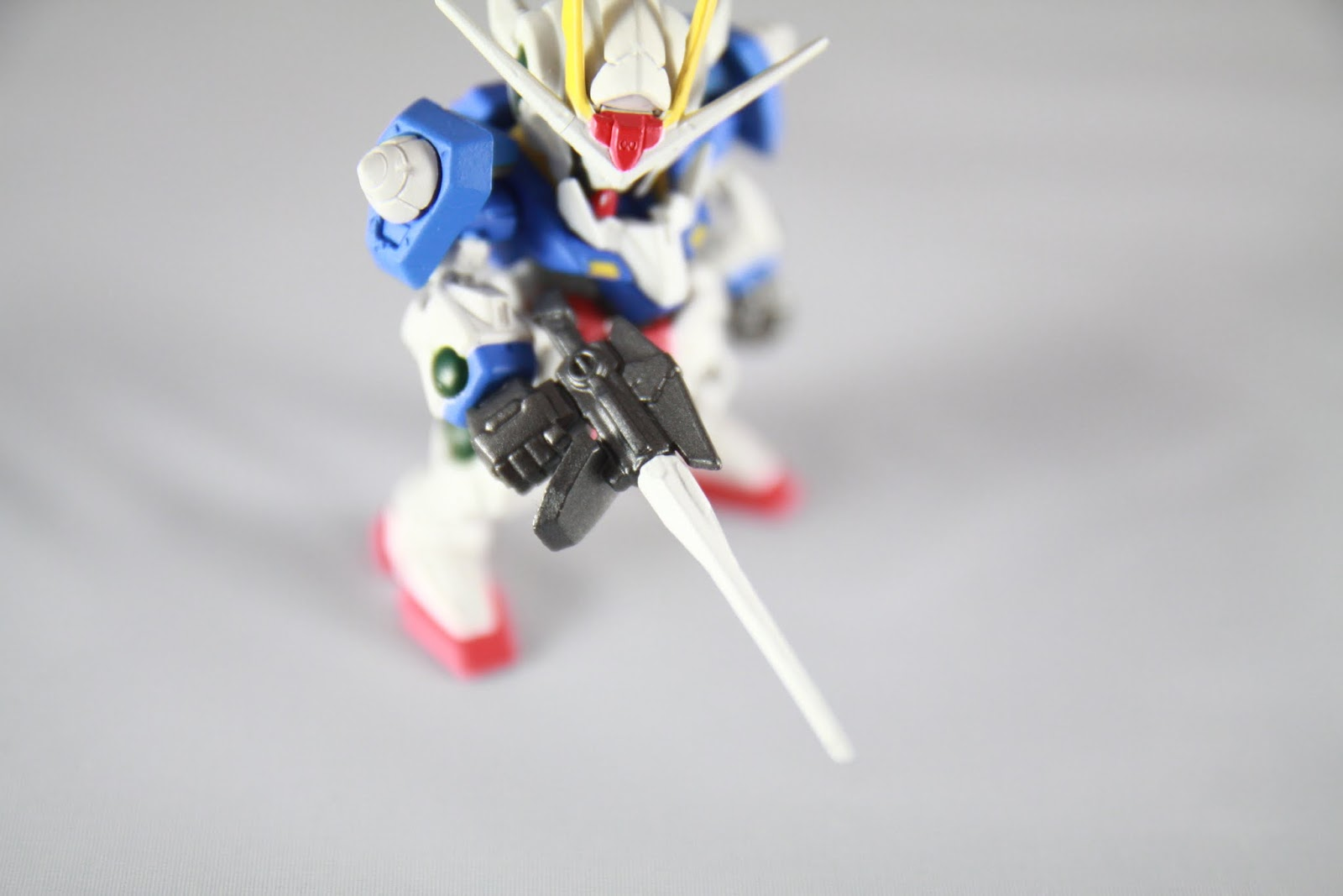 手上的武器是GN Sword II 可以變換成來福槍模式或劍模式 本盒玩則是固定為槍模式