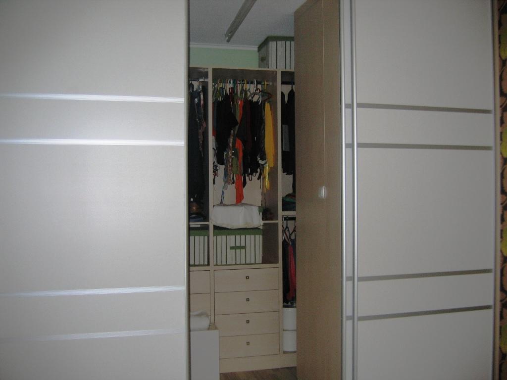 (Κωδ 4008) Βεστιάριο με συρόμενες πόρτες λιτό και λειτουργικό. Από έξω λειτουργεί σαν ανεξάρτητη ντουλάπα.