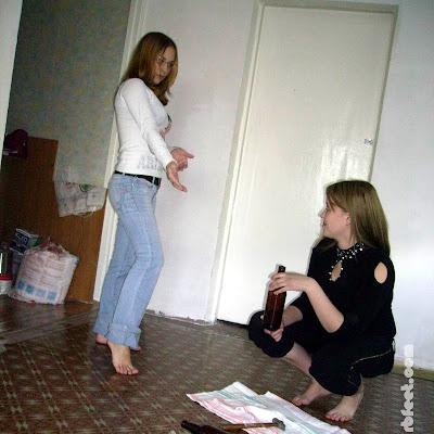 Наташа спокойно объяснила, что она решила тренировать босые ноги и походить босиком по стеклам... Говорят, это незабываемые ощущения!