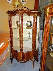 Красивая антикварная витрина с двумя дверками. 19-й век. 110/43/286 см. 6700 евро.