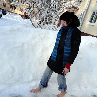 Залажу босыми ногами в снег, как советовали.