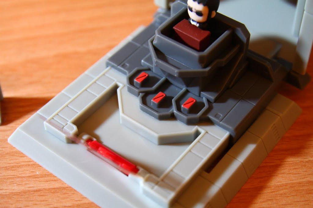 """支撐整個NERV很重要的超級電腦""""MAGI"""" 三個部分(就橘紅色那三塊) 分別代表裡面某角色身為""""科學家""""、""""母親""""、""""女人""""的人格"""