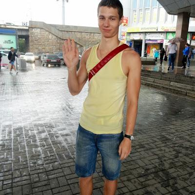 """Станция метро """"Речной вокзал"""". Босиком под дождем."""