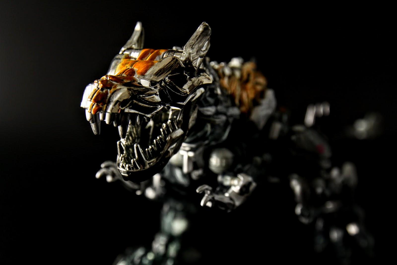 這模本身造型就不錯,真要說缺點就是龍型態若武器沒有裝上去加長尾巴,整個會變得很短肥