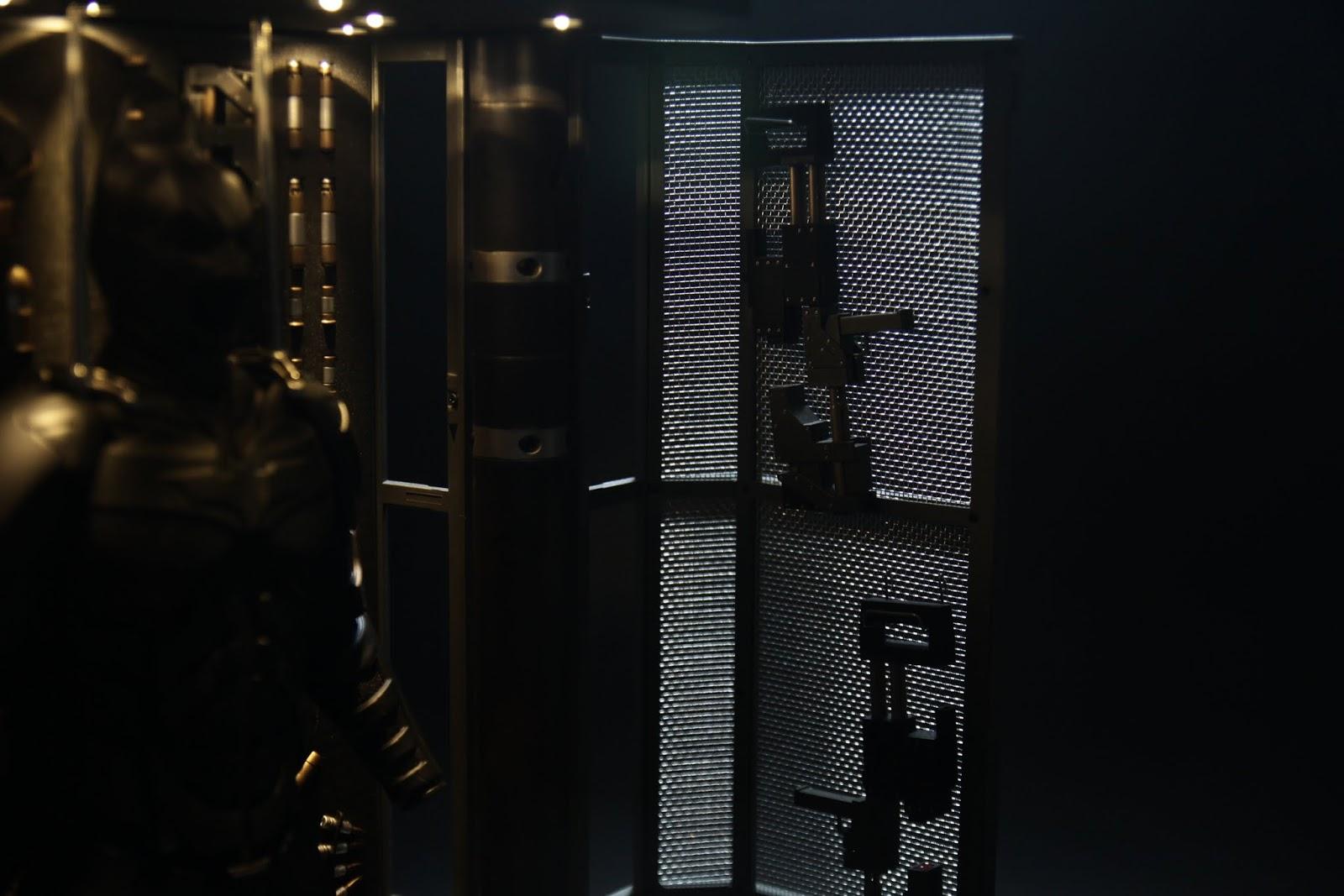 鐵門上是掛著塑膠炸彈槍,
