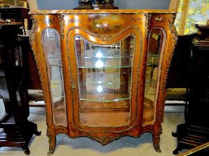 Редкая антикварная витрина с ручной росписью. 19-й век. Мрамор, резная бронза, ручная роспись, со всех сторон стёкла. 130/47/128 см. 15000 евро.