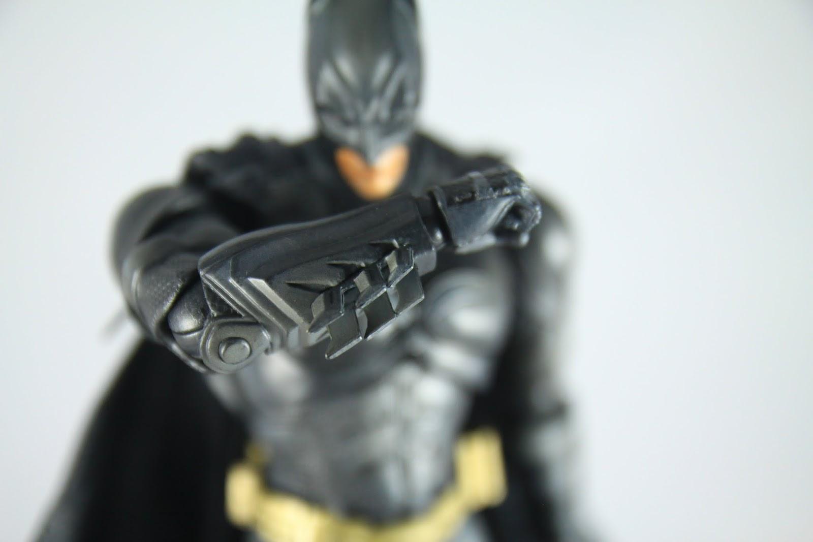 手臂的刀刃是軟膠材質, 不可射出