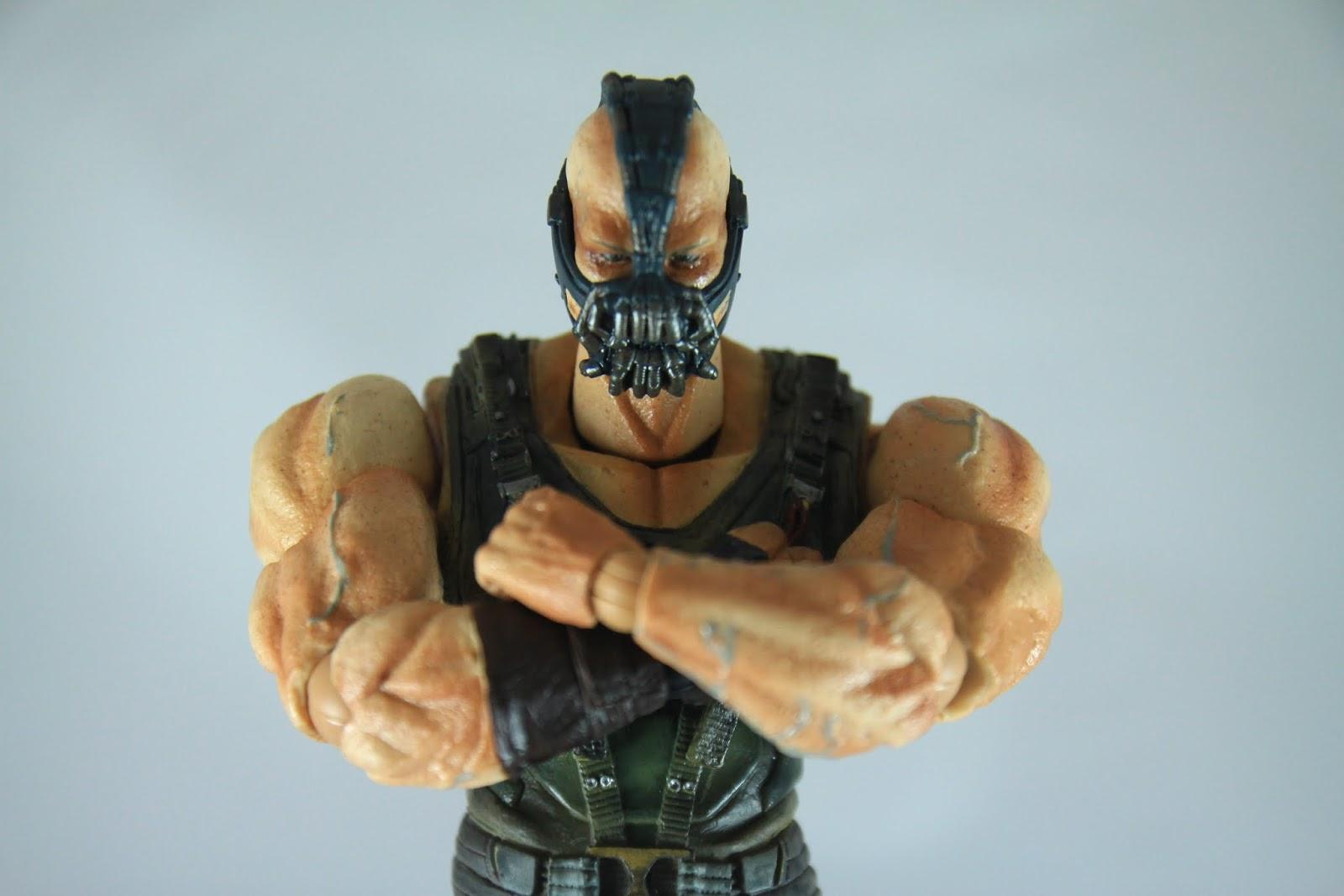 一樣可以勉強有抱胸的姿勢 不過老實說Bane的外型抱胸的確有種威壓感