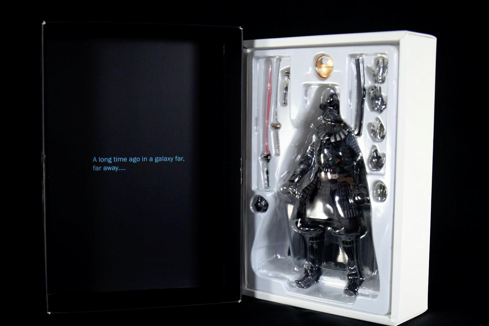 盒子開的方式是直開的,上盒底有星戰每部電影的開頭