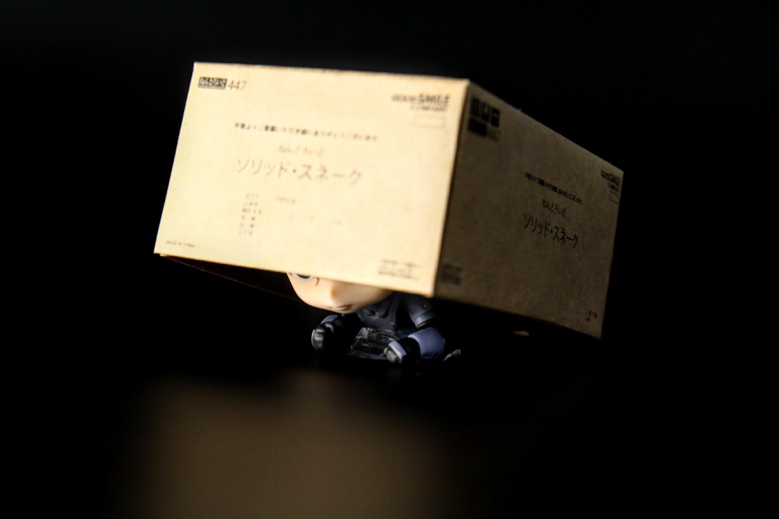用紙箱躲藏時身體有一個零件可以固定高度,但實際用起來直接用手撐著就可以了,那零件反而有點難用
