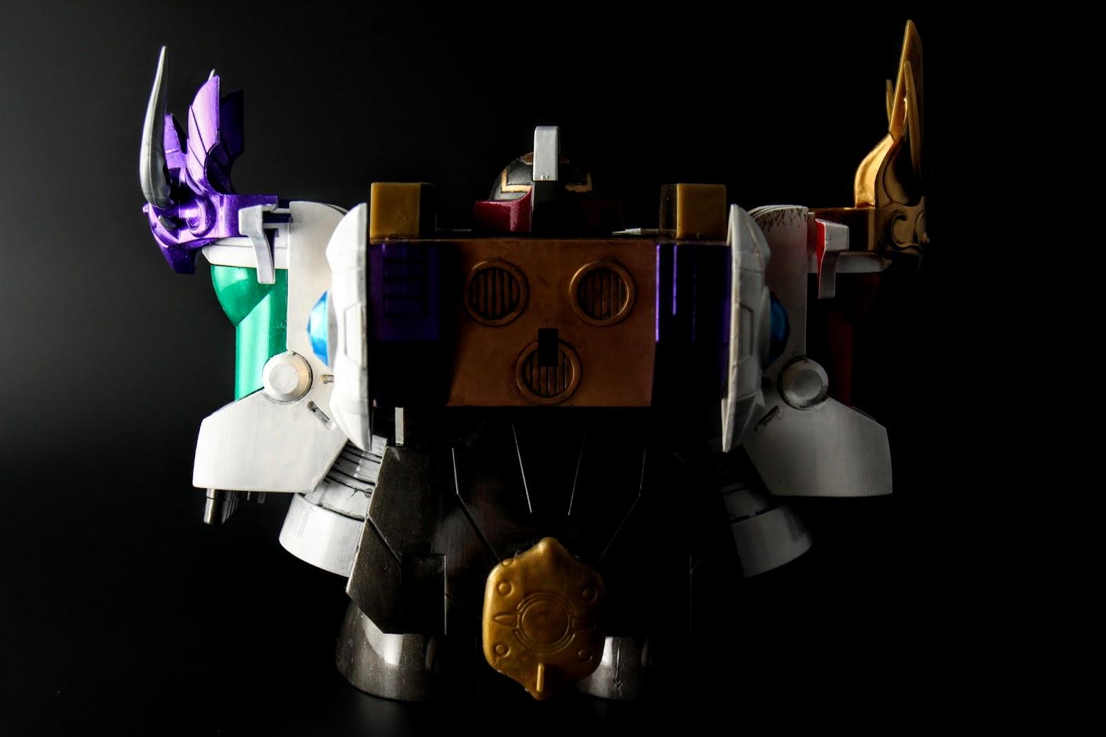 屁股帶著コルプス・ディフェンサー,就是盾牌拉~超小的;左右兩肩帶著不一樣的皇冠~但為啥會有預設的闇影皇冠啊?