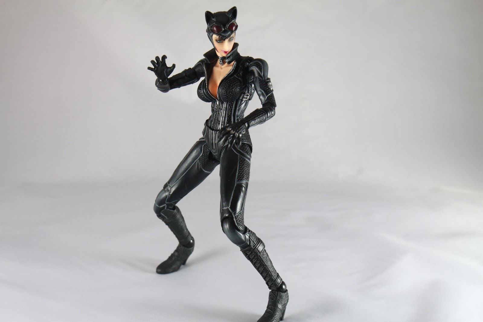 拳腳功夫也算了得的貓女 遊戲裡動作是最快的 官方宣傳照這動作是用另一個頭雕 但我為何沒換呢? 因為 我買到的這組另一個頭雕接合處太小了啊! 硬壓進去我怕會斷阿!