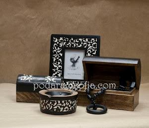 Дървена рамка за снимка, кутия за бижута и пепелник.