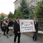 A tabló népi motívumokkal készült, rajta maroknyi diák és tanári kar