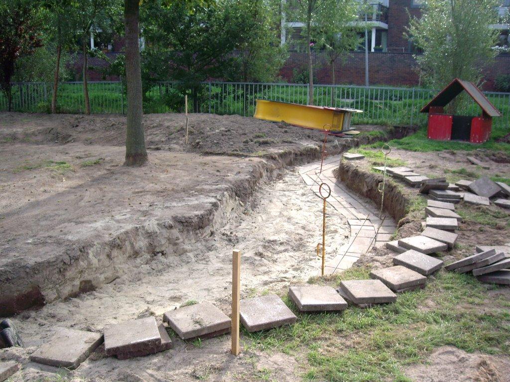 16-9-2006: De fundering voor het muurtje schiet al lekker op