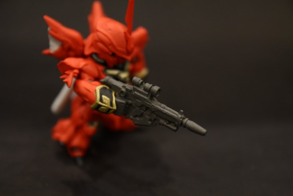 遷就於體型而縮小的光束步槍, 不然其實要更大把, 這邊也可以看到袖口的圖樣也有完整做出來