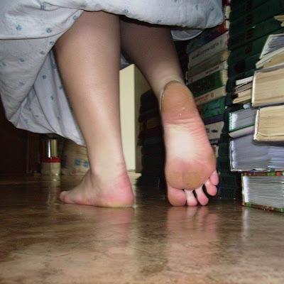 Зевая и ощущая голыми подошвами прохладный пол квартиры, Катя пошла в ванную - умываться.