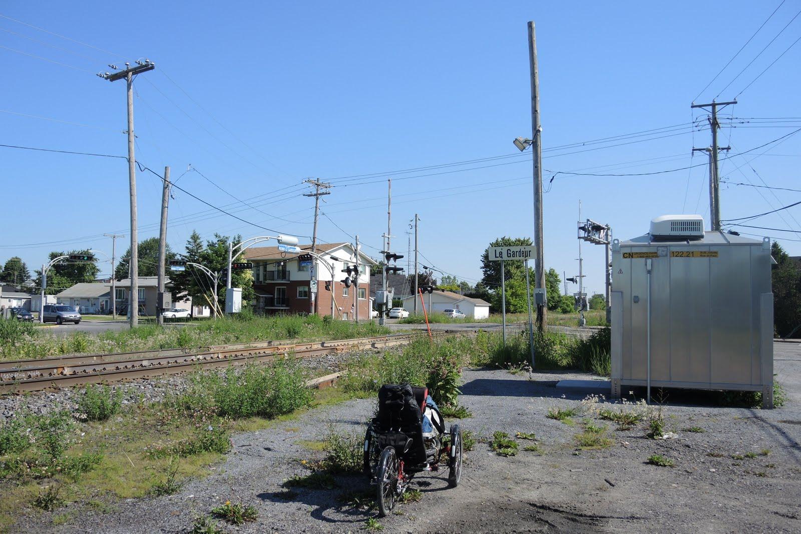 """La """"gare"""" de Le Gardeur. Le train s'arrête au milieu du passage à niveau !"""