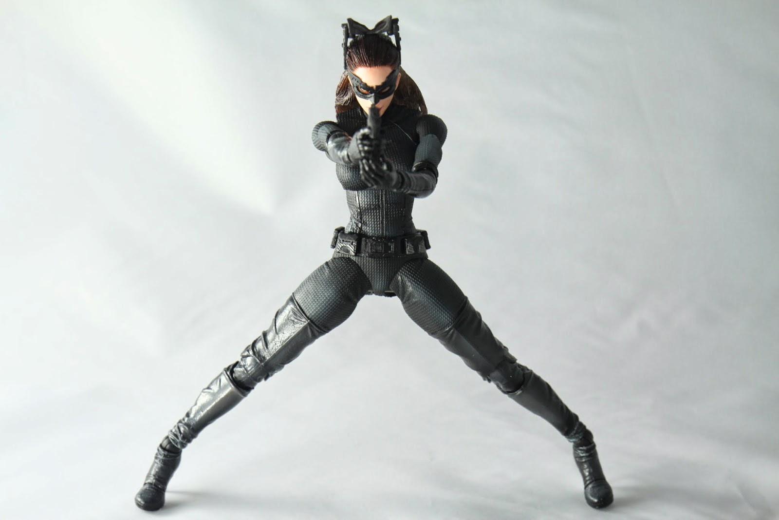 腰部可動不佳 加上頸部沒有關節 事實上能擺的性感姿勢很有限啊喵 身為貓女但不能用個貓背姿勢