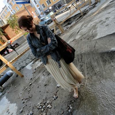 Хрупкая утонченная Лейла не боится испачкать босые ноги в грязи!
