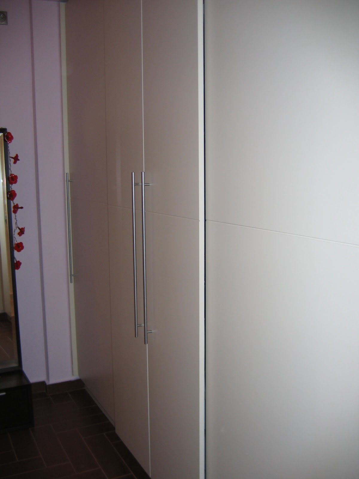 (Κωδ 4003) Λακαριστή ντουλάπα με συρόμενες πόρτες για χώρους με δύσκολη πρόσβαση.