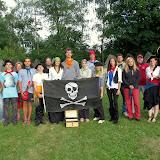 Pirátští kapitáni, důstojníci a další členové posádky, kteří pomáhali zajišťovat naši plavbu.
