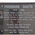 Ferdinand Daučík emléktáblája a zsinagóga udvarán