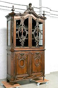 Красивый антикварный шкаф для посуды. 19-й век.